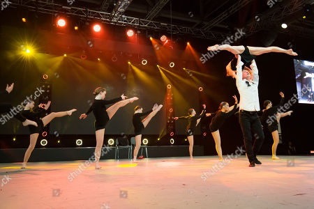 Shannon & Peter Parker featuring The Big Dance Company on the main stage of the MOVE IT 2018.