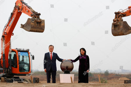 South Korea's President Moon Jae-in (L) and Vietnam's Vice President Dang Thi Ngoc Thinh attend the breaking ceremony of the Vietnam Korea Institute of Science and Technology at Hoa Lac High Tech Park in Hanoi, Vietnam, 22 March 2018.