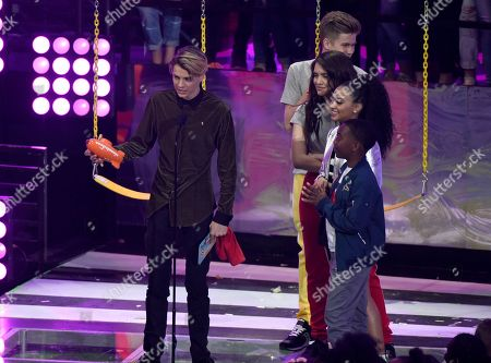 """Jace Norman, Owen Joyner, Lilimar Hernandez, Daniella Perkins. Jace Norman, left, accepts the award for favorite TV actor for """"Henry Danger"""" at the Kids' Choice Awards at The Forum, in Inglewood, Calif. Looking on from right are Daniella Perkins, Lilimar Hernandez, and Owen Joyner"""