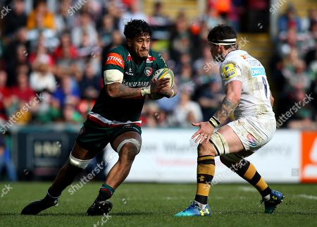 Valentino Mapapalangi of Leicester Tigers takes on Guy Thompson of Wasps