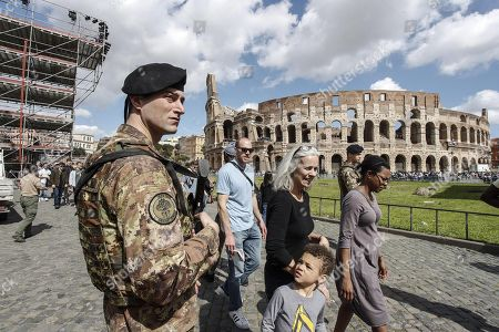 Italian soldiers patrol next to the Arch of Costantine in central Rome, Italy, 29 March 2018. Italian Interior Minister Marco Minniti called for an ulterior reinforcement of security checks at crowded places during the Easter holidays.