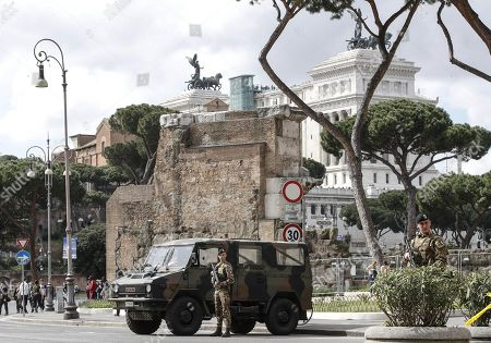 Italian soldiers patrol at Largo Corrado Ricci, in Rome, Italy, 29 March 2018.Italian Interior Minister Marco Minniti called for an ulterior reinforcement of security checks at crowded places during the Easter holidays.