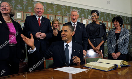 Barack Obama, Michelle Obama, Geir Lundestad. US President Barack Obama talks with Nobel Institute Executive Director Geir Lundestad, second from left, as first lady Michelle Obama, second from right, and others look on during a Nobel Signing Ceremony at the Nobel Institute in Oslo, Norway