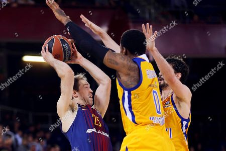 Barcelona's Petteri Koponen (L) and Khimki's Thomas Robinson (C) and Alexey Shved (R) in action during their Euroleague basketball match at the Palau Blaugrana stadium in Barcelona, north eastern Spain, 05 Arpil 2018.