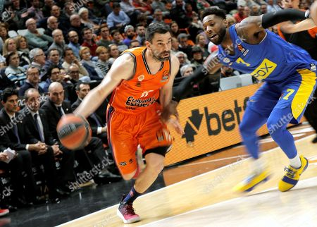 Valencia Basket's shooting guard Rafa Martinez (L) and Maccabi Tel Aviv's small forward DeAndre Kane (R) in action during an Euroleague match between Valencia and Maccabi at Fuente de San Luis in Valencia, Spain, 06 April 2018.