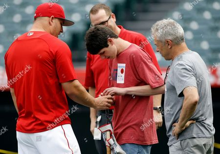 Mike Trout, Michael London, Carl London. Los Angeles Angels' Mike Trout, left, gives his bat to visually impaired Michael London of Sacramento, Calif., with his father Carl London, right, watching during warmups before the team's baseball game against the Oakland Athletics in Anaheim, Calif
