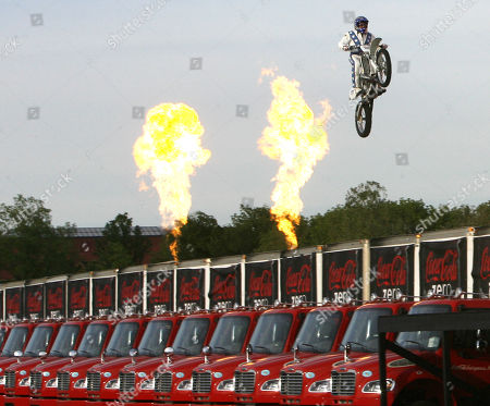 """Robbie Knievel. Daredevil Robbie """"Kaptain"""" Knievel jumps over 24 delivery trucks, his longest gap ever of 200 feet, at Kings Island amusement park, in Mason, Ohio. Thirty-three years agao, on Oct. 25, 1975, Robbie's father, Evel Knievel made history when he successfully jumped 14 buses at Kings Island. A crowd of more than 40,000 people witnessed the jump"""