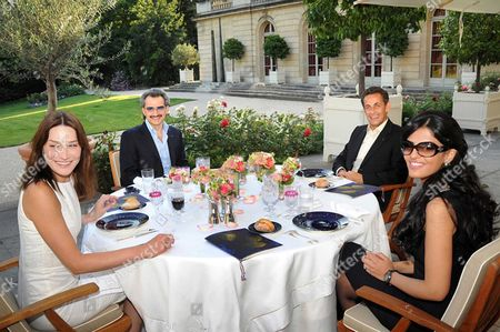French President Nicolas Sarkozy (2nd right) with his wife First Lady Carla Bruni-Sarkozy (left) during a private lunch with Saudi Prince Al-Walid bin Talal and his wife Princess Amira al-Taweel