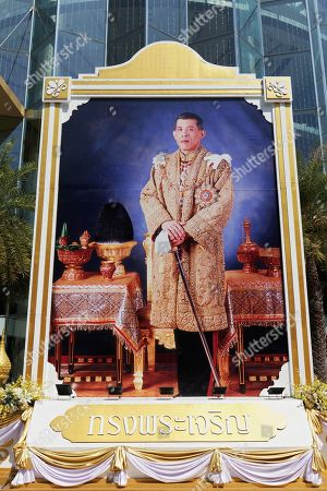 Heir to the throne Crown Prince Maha Vajiralongkorn, large poster in front of the Siam Paragon shopping mall, Pathum Wan, Bangkok, Thailand