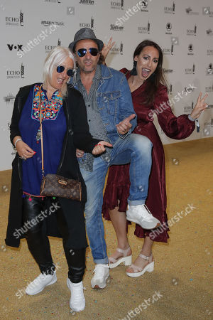 Dieter Landuris (C) mit Ehefrau Natasha (L) and Tochter Isabella (R)