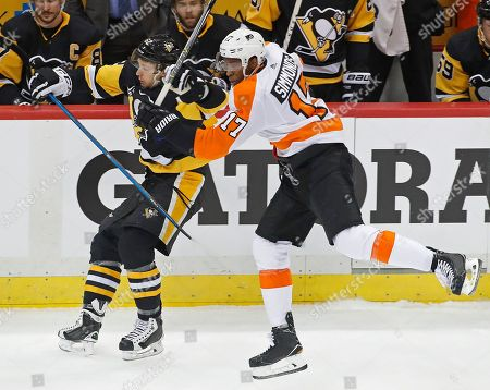 Wayne Simmonds, Carl Hagelin. Philadelphia Flyers' Wayne Simmonds (17) collides with Pittsburgh Penguins' Carl Hagelin (62) during the first period in Game 2 of an NHL first-round hockey playoff series in Pittsburgh