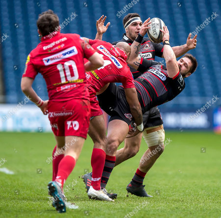 Edinburgh vs Scarlets. Scarlets' Tom Varndell tackles Cornell Du Preez of Edinburgh