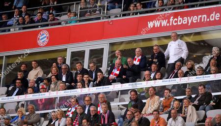 14.04.2018, Football 1. Bundesliga 2017/2018, 30.  match day, FC Bayern Muenchen - Borussia Moenchengladbach, in Allianz-Arena Muenchen. goalkeeper Manuel Neuer (2.v. oben, FC Bayern Muenchen) auf Ehrentribuene als Zuschauer. and president Uli Hoeness (FC Bayern), Vorstandsvorsitzender Karl-Heinz Rummenigge (FC Bayern Muenchen), Koch Alfons Schuhbeck, Stellvertretender Vorstandsvorsitzender Jan-Christian Dreesen (FC Bayern Muenchen), Vorstandsmitglied Andreas Jung (FC Bayern Muenchen, Marketing), Vorstandsmitglied Joerg Wacker (FC Bayern Muenchen, Beziehungen USA), president and Aufsichtsratsvorsitzender Karl Hopfner (FC Bayern Muenchen),
