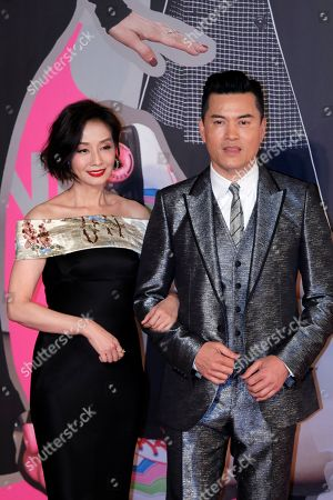 Obraz stockowy: Teresa Mo, Ray Lui Leung-wai. Hong Kong actress Teresa Mo, left, and actor Ray Lui Leung-wai pose on the red carpet of the Hong Kong Film Awards in Hong Kong