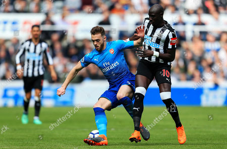 Calum Chambers of Arsenal battles with Mohamed Diame of Newcastle United