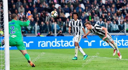 Juventus's Benedikt Howedes scores his side's second goal during the Italian Serie A soccer match between Juventus and Sampdoria at the Allianz Stadium in Turin, Italy