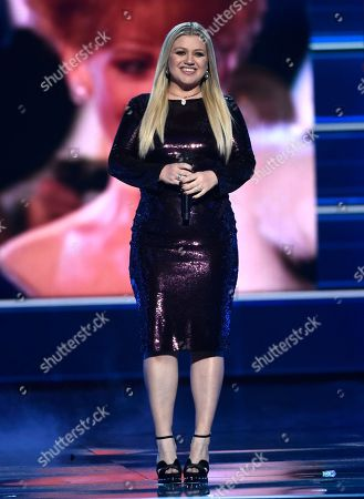 """Kelly Clarkson performs """"Does He Love You"""" at the 53rd annual Academy of Country Music Awards at the MGM Grand Garden Arena, in Las Vegas"""