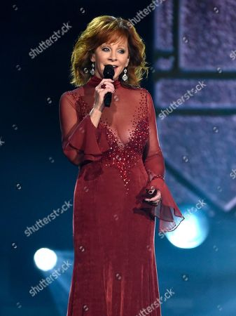 """Reba McEntire performs """"Does He Love You"""" at the 53rd annual Academy of Country Music Awards at the MGM Grand Garden Arena, in Las Vegas"""