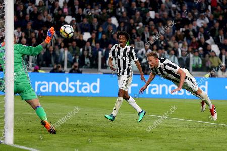 Benedikt Howedes of Juventus scores a goal