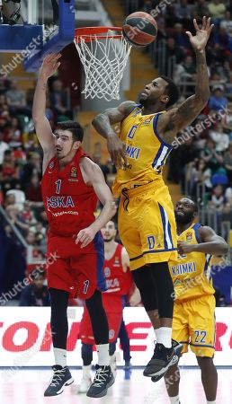 Nando de Colo (L) of CSKA Moscow in action against Thomas Robinson (C) of Khimki Moscow during the Euroleague basketball Playoff game 2 between CSKA Moscow and Khimki Moscow, in Moscow, Russia, 17 April 2018.