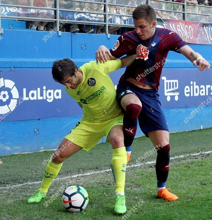 Eibar's Ivan Alejo (R) vies for the ball with Getafe's Mathieu Flamini during the Spanish Primera Division soccer match between SD Eibar and Getafe CF, in Eibar, northern Spain, 21 April 2018.