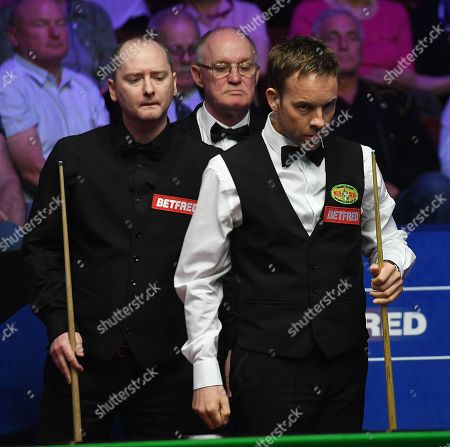 Ali Carter of England (right) and Graeme Dott of Scotland during their first round match