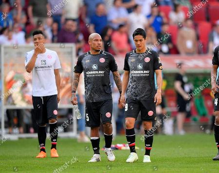 22.04.2018, Football 1. Bundesliga 2017/2018, 31.  match day, FC Augsburg - SSV Mainz 05, in WWK-Arena Augsburg, dejectede Mainzer   der Niederlage, v.li: Nigel de Jong (FSV Mainz 05), Yoshinori Muto (FSV Mainz 05).