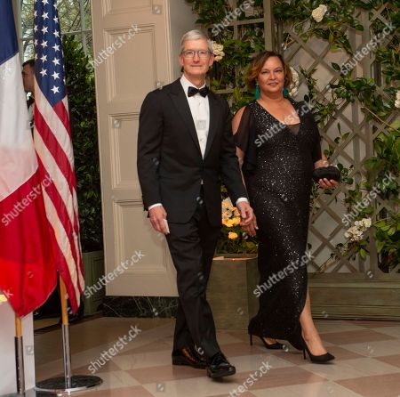 Tim Cook, Chief Executive Officer of Apple Inc. and Lisa Jackson, former Administrator of the United States Environmental Protection Agency, arrive for the State Dinner