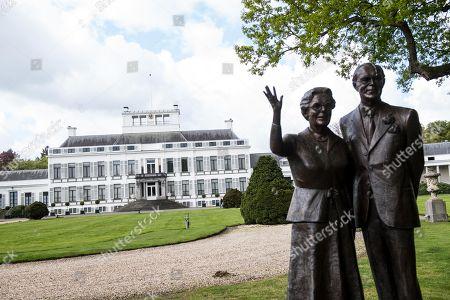 Statue of Queen Juliana and Prince Bernhard in the garden of Soestdijk palace