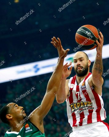 Brandon Davis (L) of Zalgiris Kaunas and Vassilis Spanoulis of Olympiacos Piraeus in action during the basketball Euroleague playoff match between Zalgiris Kaunas and Olympiacos Piraeus in Kaunas, Lithuania, 26 April 2018.
