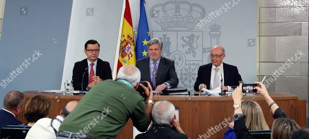 Spanish Minister of Education and Government's spokesman, Inigo Mendez de Vigo (C), next to Economy Minister, Roman Escolano (L), and treasury Minister, Cristobal Montoro, during a press conference at the end of a cabinet meeting at La Moncloa Palace in Madrid, Spain, 27 April 2018.