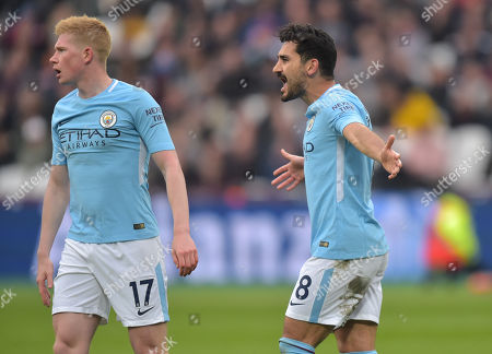 Ilkay Gundogan and Kevin De Bruyne of Manchester City reacts at the decision by Referee Neil Swarbrick not to award a penalty