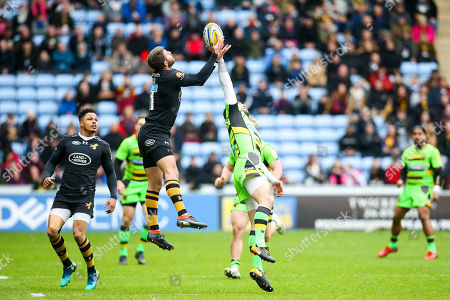Ben Foden of Northampton Saints challenges Willie Le Roux of Wasps
