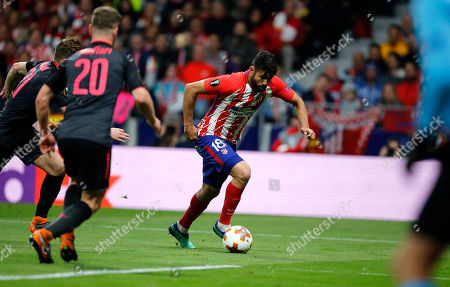 Diego Costa, Calum Chambers, Shkodran Mustafi. Atletico's Diego Costa fights for the ball against Arsenal's Calum Chambers and Shkodran Mustafi during the Europa League semi final, second leg soccer match between Atletico Madrid and Arsenal at the Wanda Metropolitano stadium in Madrid, Spain
