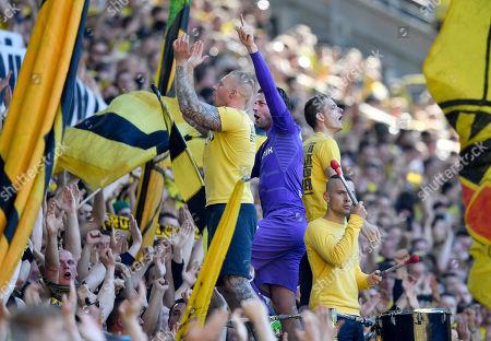 Dortmund' s retiring goalkeeper Roman Weidenfeller celebrates with fans on the tribune after the German Bundesliga soccer match between Borussia Dortmund and FSV Mainz in Dortmund, Germany
