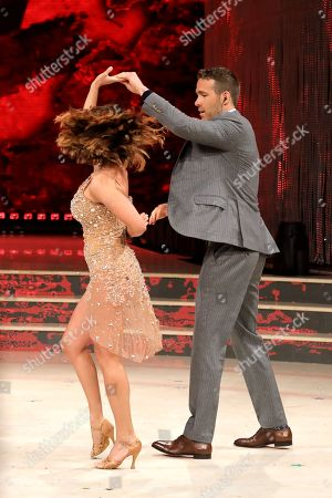 Ryan Reynolds dances with Samanta Togni