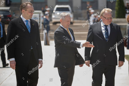 US Secretary of Defense Jim Mattis (C) walks with Finland Defense Minister Jussi Niinisto (L) and Sweden Defense Minister Peter Hultqvist  (R) to a full honors arrival ceremony at the Pentagon, USA, 08 May 2018. During a meeting the three defense ministers sign a trilateral defense cooperation agreement.