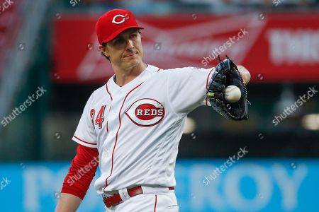 Cincinnati Reds starting pitcher Homer Bailey reacts after giving up a solo home run to New York Mets' Adrian Gonzalez in the third inning of a baseball game, in Cincinnati