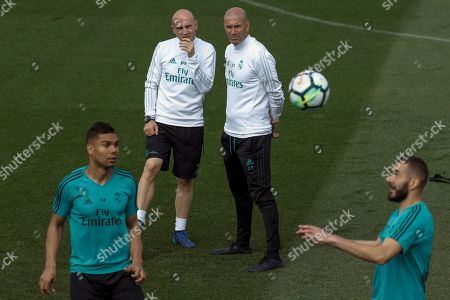 Real Madrid's head coach Zinedine Zidane (C-R), assistant David Bettoni (C-L), players Karim Benzema (R) and Carlos Henrique Casimiro (L) attend a team's training session at Valdebebas Sport Complex in Madrid, Spain, 11 May 2018. Real Madrid willl face Celta Vigo in their Spanish Primera Division Liga soccer match on 12 May 2018.