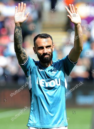 Leon Britton of Swansea City thanks fans before kid-off -Mandatory by-line: Nizaam Jones/JMP- 13/05/2018