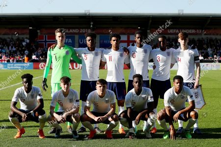 The England players line up for a group team photograph prior to kick-off. Back row L-R: Luca Ashby-Hammond, Ethan Laird, Xavier Amaechi, Ajibola-Joshua Alese, Nathanael Ogbeta, James Garner. Front row L-R: Bukayo Saka, Matthew Daly, Bobby Duncan, Arvin Appiah, Dylan Crowe of England.