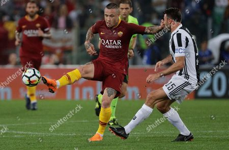 Juventus' Andrea Barzagli, right, challenges Roma's Radia Nainggolan during a Serie A soccer match between Roma and Juventus, at the Rome Olympic stadium