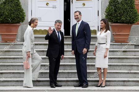 Spain's King Felipe VI (2-R) and Queen Letizia (R), welcome Colombian President,Juan Manuel Santos (2-L), and his wife Maria Clemencia Rodriguez, prior to a luncheon offered at La Zarzuela palace in Madrid, Spain, 14 May 2018. Santos is on a two-days official visit to Spain.