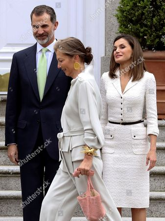 Spain's King Felipe VI (L) and Queen Letizia (R), welcome Colombian President, Juan Manuel Santos (unseen), and his wife, Maria Clemencia Rodriguez (C), prior to a luncheon offered at La Zarzuela palace in Madrid, Spain, 14 May 2018. Santos is on a two-days official visit to Spain.