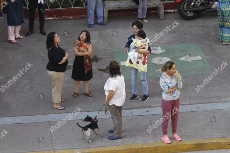 Several people evacuate their homes in Mexico City after the earthquake that originated 30 kilometers southwest of Arcelia, in the southern state of Guerrero, Mexico, 16 May 2018. An earthquake of magnitude 5.3 caused the earthquake warning to sound today in Mexico City, with no reports of victims or property damage.