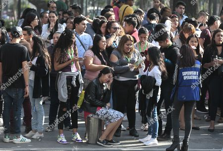 Hundreds of people evacuate buildings in Mexico City after the earthquake that originated 30 kilometers southwest of Arcelia, in the southern state of Guerrero, Mexico 16 May 2018. An earthquake of magnitude 5.3 caused the earthquake warning to sound today in Mexico City, with no reports of victims or property damage.