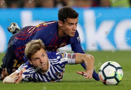 Real Sociedad's Asier Illarramendi (L) and Barcelona's Philippe Coutinho (R) vie for the ball during the Primera Division Liga match held between Barcelona and Real Sociedad at Camp Nou stadium in Madrid, Spain, 20 May 2018.