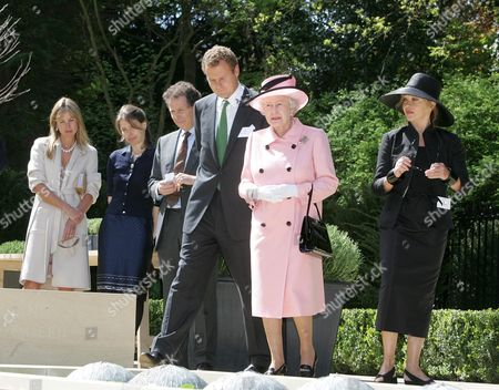 The Rothermere American Institute Oxford University. The Queen Opens A Garden In Memory Of Her Royal Highness Princess Margaret. Pic Shows: The Queen In The Garden With Left To Right: Lady Rothermere Lady Sarah Chatto Daughter Of Princess Margaret Lord Lindley Son Of Princess Margaret Lord Rothermere Queen Elizabeth II And Garden Designer Anouska Hempel.