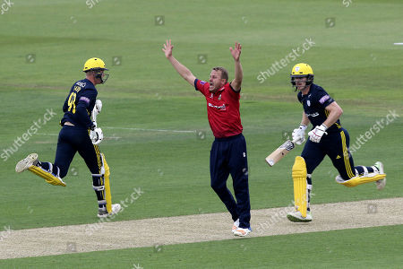 Neil Wagner of Essex appeals for a wicket but Jimmy Adams (R) and Brad Taylor add to the Hampshire total during Hampshire vs Essex Eagles, Royal London One-Day Cup Cricket at the Ageas Bowl on 23rd May 2018