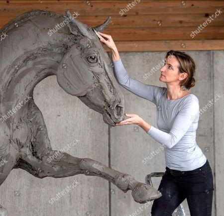 Amy Goodman creating the Cleveland Bay stallion sculpture